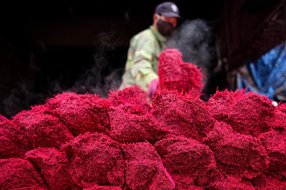 Chân nhang vừa được nhuộm có màu đỏ đậm - Ảnh: AFP