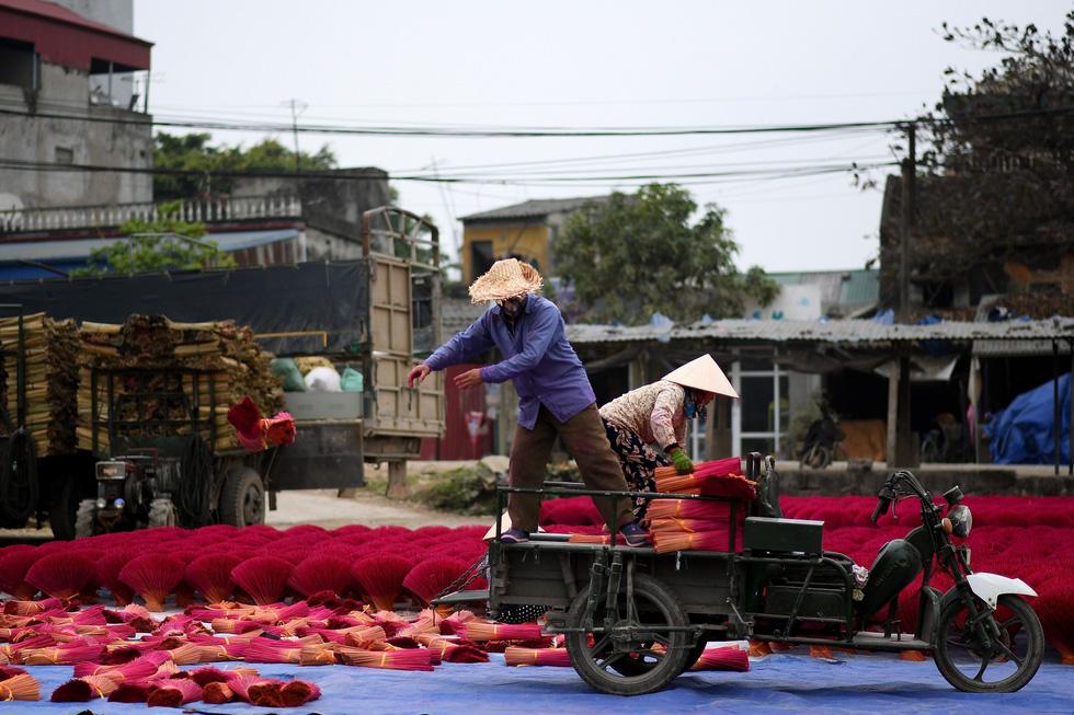 Đem chân nhang ra sân phơi - Ảnh: AFP