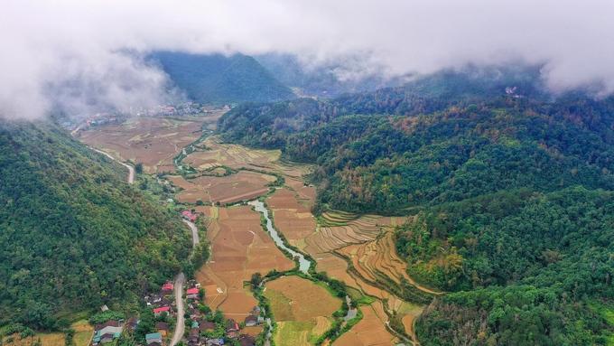 Cao Bằng là tỉnh thuộc vùng Đông Bắc Việt Nam, khí hậu ôn hòa dễ chịu, với 90% diện tích là núi rừng. Đây là cửa ngõ đón gió mùa đông bắc từ Trung Quốc tràn sang vào mùa đông và chịu ảnh hưởng của gió mùa đông nam vào mùa hè. Những ngày đầu năm, khắp các dãy núi đang điểm tô bởi rừng cây lá vàng, lá đỏ.