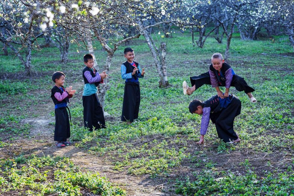 Trẻ em Mông rộn rã chơi các trò chơi truyền thống - Ảnh: CAO KỲ NHÂN