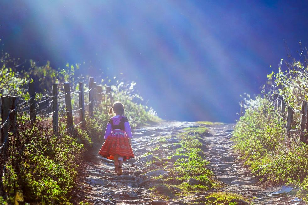 Bé gái Mông trên lối nhỏ - Ảnh: CAO KỲ NHÂN