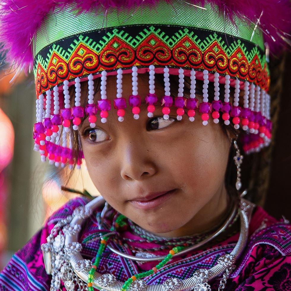 Khoảnh khắc bé gái mắc cỡ trước ống kính nhiếp ảnh gia - Ảnh: CAO KỲ NHÂN