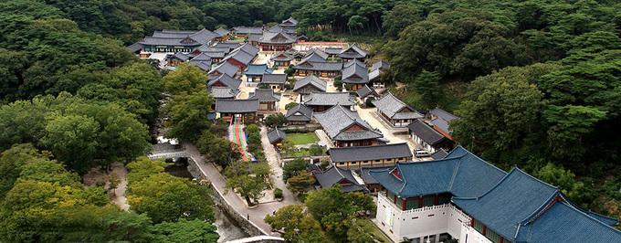 Tongdosa hay Thông Độ Tự là ngôi chùa nổi tiếng ở thành phố Yangsan, tỉnh Gyeongsang Nam. Đây được coi là ngôi chùa lớn nhất Hàn Quốc, và là một trong Tam bảo tự (đại diện cho Phật - Pháp - Tăng) của đất nước, được xây dựng năm 646. Ảnh: Tongdosa.