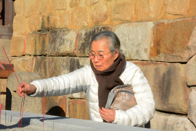 Phật tử đến đây có thể thắp hương bên ngoài chùa. Khi vào chính điện, du khách và Phật tử phải cởi bỏ giày dép bên ngoài.