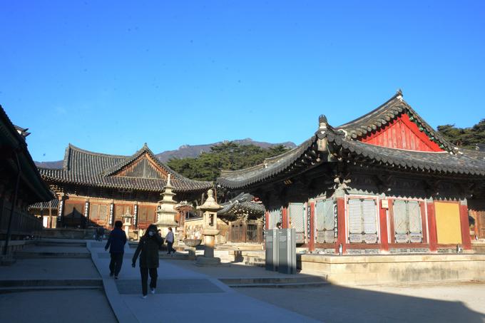Trải qua hơn nghìn năm, chùa nhiều lần bị phá hủy, chính điện Daeungjeon là nơi duy nhất còn sót lại. Hầu hết các tòa nhà xung quanh được phục dựng. Trong ảnh là con đường dẫn vào chính điện Daeungjeon (báu vật quốc gia số 290).  Tại đây, các hướng dẫn viên địa phương thường kể về truyền thuyết ngọn nến 1.300 năm không tắt. Do chính điện thường xuyên tổ chức các buổi lễ nên du khách sẽ bị hạn chế vào viếng.