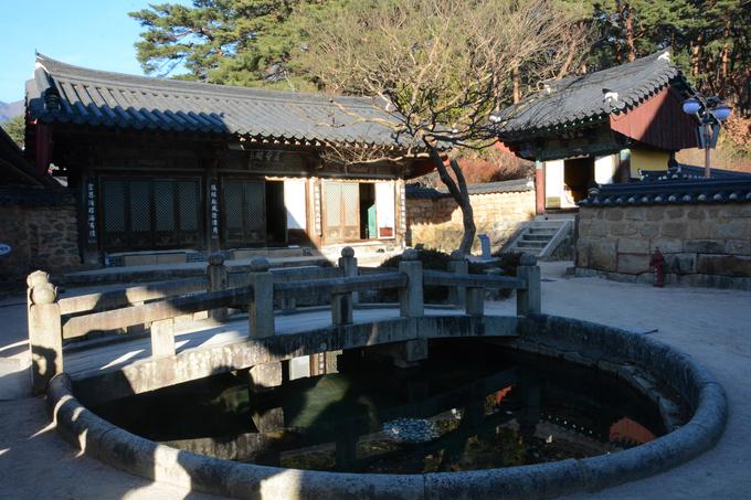 Chùa còn gắn với truyền thuyết 9 con rồng sống ở một hồ nước trong chùa. Nhà sư Jajang (người thành lập chùa) tụng kinh chú để đuổi chúng đi không được, nên viết một chữ hỏa lên tờ giấy rồi ném vào không trung, và vung tích trượng của mình vào trong hồ.  Nước hồ sôi lên, ba con rồng bay lên thoát thân nhưng va vào vách núi Yonghyeolam (núi Huyết Rồng) và bỏ mạng. Năm con rồng khác bay về phía tây nam, đến một thung lũng ngày nay được gọi là Oryong-gol (thung lũng Ngũ Long).