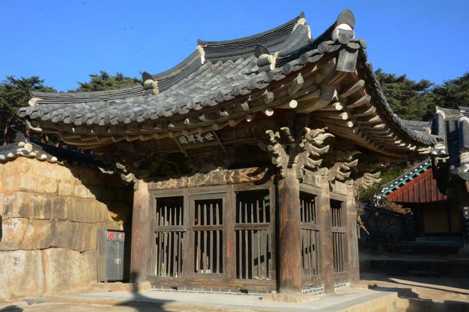 """Tongdosa còn được biết đến là """"ngôi chùa không có Phật"""" vì trong khuôn viên không có bức tượng Phật nào. Tuy nhiên, đây được coi là ngôi chùa đại diện cho Đức Phật vì lưu giữ một phần xá lợi của Đức Phật Thích ca Mâu ni."""