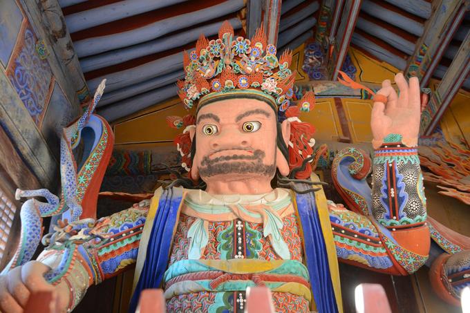 Như hầu hết các ngôi chùa ở Hàn Quốc, khách viếng thăm phải bước qua ba cổng. Trong đó, cổng thứ hai (hay còn gọi là Cheonwangmun) là nơi tứ đại thiên vương cư ngụ, bảo vệ Tongdosa. Du khách và Phật tử khi qua cổng này thường cúi đầu trước 4 vị thiên vương, như một cách loại bỏ ý nghĩ xấu, giữ tâm hồn thanh tịnh để vào chùa.
