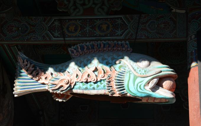 Trong chùa cũng có các loại khí cụ phổ biến của Phật giáo Hàn Quốc như beopgo - trống Phật pháp, beomjong đồng - chuông đền, mogeo - mõ hình cá gỗ (ảnh)... Tuy nhiên, các khí cụ ở đây được đặt trong công trình quy mô hơn nhiều chùa khác với kiến trúc hai tầng.