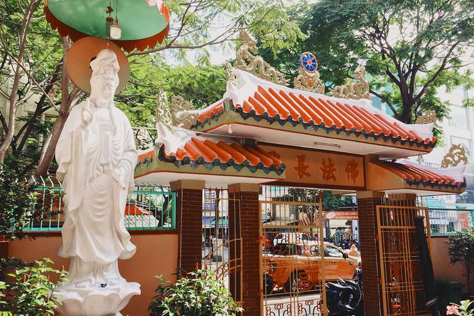 Ở sân trước đặt tượng Quán Thế Âm Bồ Tát. Cổng tam quan có các chi tiết quen thuộc mang hình ảnh con rồng Việt, bánh xe luân hồi.