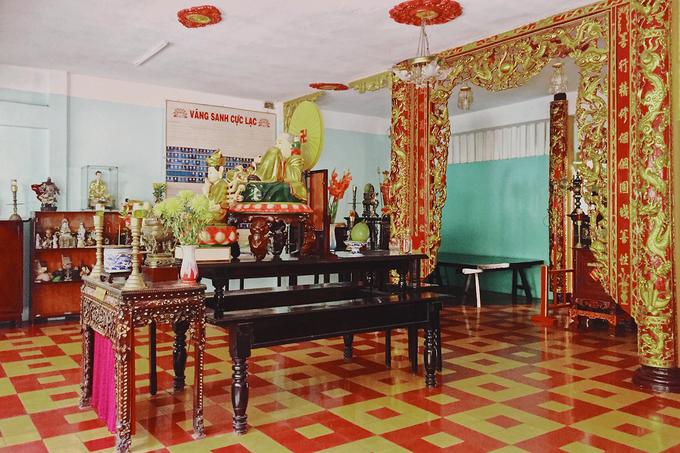 Ở chính điện, các tượng Phật được bài trí trang nghiêm. Tượng Phật A Di Đà được thờ chính giữa, hai bên là tượng Ca Diếp và A Nan. Chùa còn có bàn thờ Di Đà Tam Bồ Tát, Bồ Tát Quán Thế Âm, Bồ Tát Địa Tạng, Quan Công, Đạt Ma Tổ sư, Hộ Pháp, Tiêu Diện.