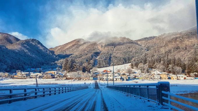 Dưới đây là chia sẻ của Lan Uyên, cô gái yêu thích du lịch đến từ Sài Gòn, về ngôi làng mới khám phá trong hành trình ở Nhật:  Làng nằm ở phía Tây tỉnh Nagano, tôi mất hơn 4 tiếng để di chuyển bằng các phương tiện công cộng đến xứ sở thần tiên này. Chuyến tàu siêu tốc shinkansen lướt qua dãy núi Alps kỳ vĩ, chở theo khung cảnh thay đổi ngoạn mục từ thu sang đông. Mang tên gọi giống dãy núi nổi tiếng ở châu Âu, nhưng Alps Nhật Bản lại ít người biết đến. Ngay dưới chân dãy Hida, còn gọi là Alps Bắc, là ngôi làng Hakuba tuyệt đẹp.