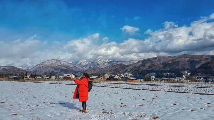 Trên chuyến tàu địa phương đến ga Hakuba, tôi là một trong số rất ít du khách châu Á, đa số là khách Tây đến đây để trượt tuyết, do mật độ tuyết khu vực này khá dày.  Có nhiều khu trượt tuyết kết hợp resort với những đường trượt dài kéo xuống từ đỉnh núi, mà nhìn từ xa cũng có thể dễ dàng nhận thấy.