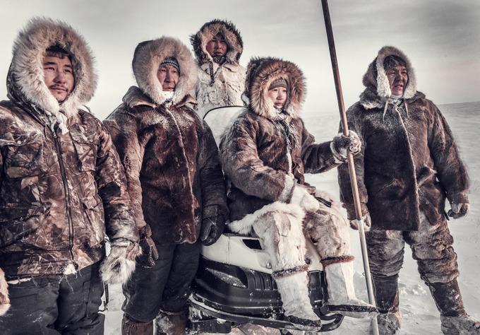 """Dành 2 tuần để sống cùng mỗi bộ lạc, nhiếp ảnh gia người Anh, Jimmy Nelson, đã biết được nhiều phong tục lâu đời, nếp sinh hoạt lạ và chụp những khoảnh khắc ấn tượng. Bộ ảnh """"Trước khi họ biến mất"""" của anh ghi lại hình ảnh của 30 bộ lạc trên khắp thế giới.  Trên ảnh là người Dolgan. Bộ tộc này sống ở nơi mà người ta có cảm giác như đó là ngày tận thế, với những cánh đồng băng trắng xóa. Họ phải trải qua mùa đông dài và khắc nghiệt thuộc vùng Siberia băng giá. Công việc chính của họ là chăn đàn tuần lộc."""