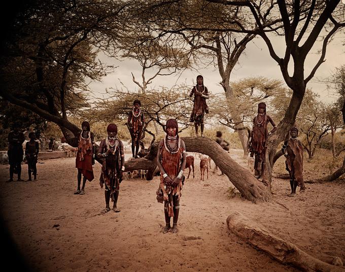 Trên ảnh là bộ tộc Hamar, sống ở đông nam Ethiopia. Cha mẹ có quyền lực tối cao với con cái. Đàn ông thường ngoài 30 mới kết hôn, trong khi độ tuổi lấy chồng trung bình của phụ nữ là 17.  Hôn nhân ở đây yêu cầu nhà gái phải có hồi môn. Các cô dâu về nhà chồng thường mang theo hồi môn lớn như dê, gia súc và cả súng.