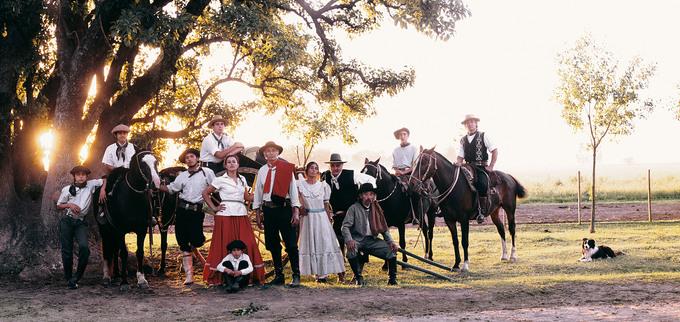 """Bộ lạc Gaucho sống ở Nam Mỹ (Argentina và Uruguay) là những người sống du mục trên đồng cỏ rộng lớn và màu mỡ. Họ được biết đến là những kỵ sĩ, cao bồi, lang thang trên những thảo nguyên hoang dã. Từ Gaucho mang ý nghĩa mô tả các linh hồn tự do. Có hai thứ không thể tách rời khỏi họ là ngựa và dao. Do đó, người Gaucho có câu nói nổi tiếng: """"Một người đàn ông không có ngựa thì chỉ là một nửa đàn ông"""".  Bộ ảnh của Jimmy được trưng bày trong một triển lãm ở Oslo, thủ đô Na Uy từ 27/11/2018 đến 26/1/2019.  Ảnh: Bored Panda"""