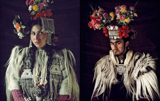 Các bức ảnh Jimmy Nelson chụp đều giới thiệu chi tiết về các món đồ trang sức, kiểu tóc, quần áo, môi trường xung quanh và yếu tố văn hóa của bộ tộc đó. Jimmy cho biết, nhiệm vụ của anh là đảm bảo rằng cả thế giới sẽ nhớ tới họ và lưu giữ trong ký ức.  Trên ảnh là người Drokpas, với dân số khoảng 2.500 người sống rải rác ở Ấn Độ và Pakistan. Trong nhiều thế kỷ, người Drokpas có truyền thống trao nhau những nụ hôn ở chốn công cộng và tự do yêu đương, tìm hiểu mà không bị bó buộc bởi các điều luật. Sự cởi mở trong văn hóa của họ thể hiện phần nào qua những bộ váy và đồ trang trí tinh xảo.