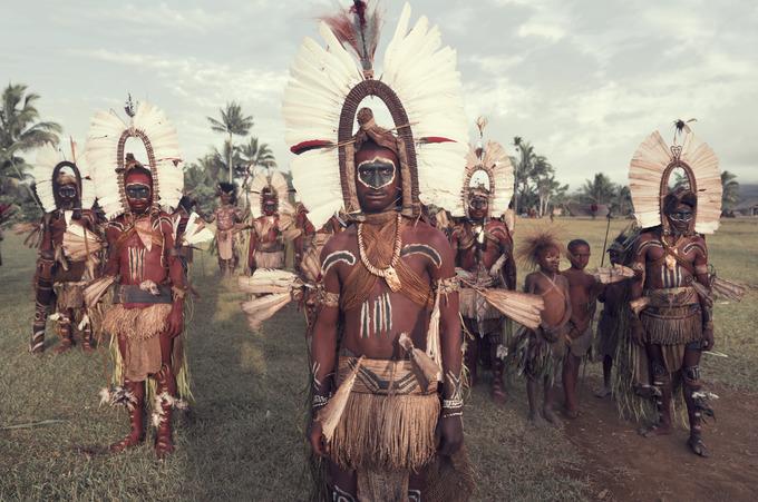 Người Kaluli sống rải rác trong các ngôi làng tại những cánh rừng rậm rạp trên sườn núi Bosavi, Papua New Guinea. Họ sống bằng nghề đánh cá, săn bắn, hái lượm. Mỗi gia đình đều có nhiều thế hệ sinh sống, có khi lên đến 90 người.
