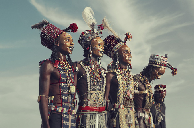 Cộng đồng Wodaabe du mục thuộc bộ tộc Fulangi, sống rải rác tại hơn 10 quốc gia Bắc Phi. Chad là nơi có nhiều người Wodaabe sinh sống nhất. Dù nằm ở những nơi khắc nghiệt, người dân vẫn luôn có niềm tự hào dân tộc độc đáo thể hiện qua cách trang điểm.