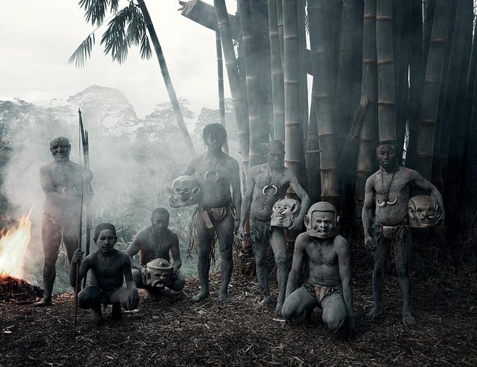 Người Asaro sống ở Papua New Guinea. Truyền thuyết kể rằng bộ tộc này từng phải chạy trốn kẻ thù và vùi mình xuống sông Asaro. Chỉ đến khi hoàng hôn buông xuống, sắc trời nhá nhem họ mới trồi lên và trốn thoát. Khi đó, do mặt họ vùi xuống bùn quá lâu, kẻ thù nhìn thấy họ và cho rằng đó là những linh hồn, chứ không phải kẻ chạy trốn. Vì vậy, đến ngày nay, người dân bộ tộc này vẫn giữ truyền thống hóa trang và trát bùn lên mặt, nhằm sinh tồn và làm đẹp.
