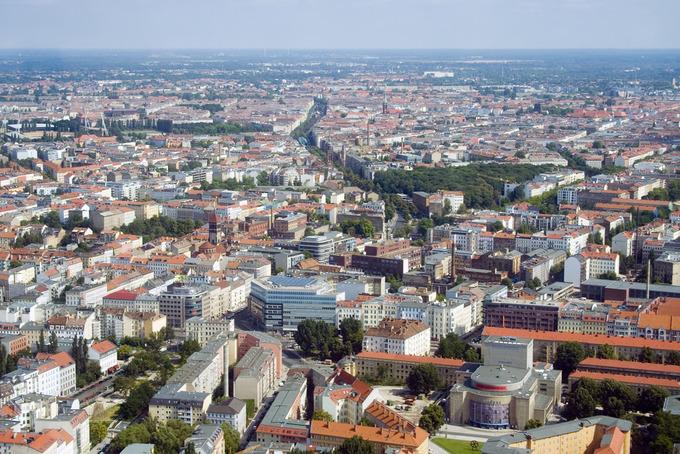 Berlin rộng gấp 9 lần diện tích của Paris. Tuy nhiên, nơi đây chỉ có mật độ dân số bằng 1/5 so với Kinh đô Ánh sáng. Đó là lý do nhiều du khách cảm thấy thoáng đãng, dễ chịu khi ở Berlin. Đôi khi mọi người có cảm giác chỉ một mình trong công viên. Ảnh: @boetter/Flickr.
