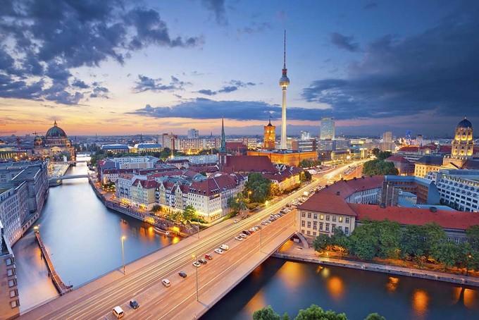 1.700 là tổng số cây cầu ở Berlin, nhiều hơn so với ở Venice. Berlin cũng có nhiều đường thủy hơn ở Amsterdam, Stockholm và Venice cộng lại. Cây cầu nổi tiếng và xuất hiện nhiều nhất trên mạng là Oberbaumbrücke, nối giữa Kreuzberg và Friedrichshain. Ảnh: Vision Apartment.