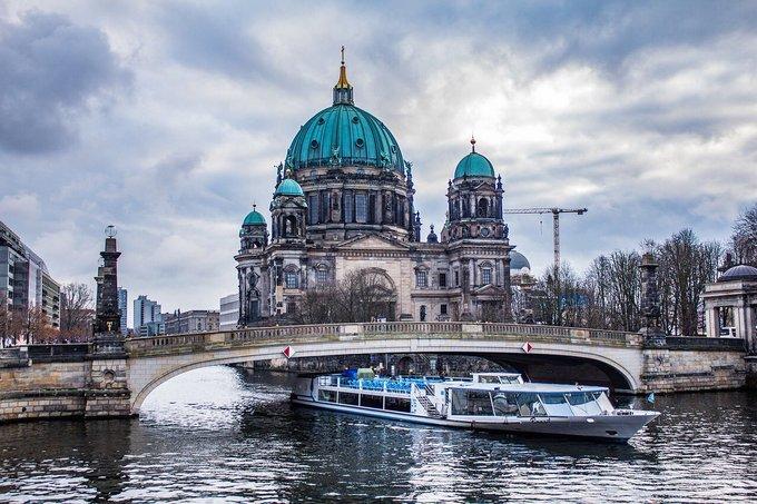 Berlin có tới 180 km đường thủy trong thành phố. Du khách có thể dành hàng giờ để du ngoạn bằng thuyền, nhâm nhi đồ uống trong quán bar hoặc tham gia tiệc bể bơi ven kênh đào. Ảnh: Trend Twitter.