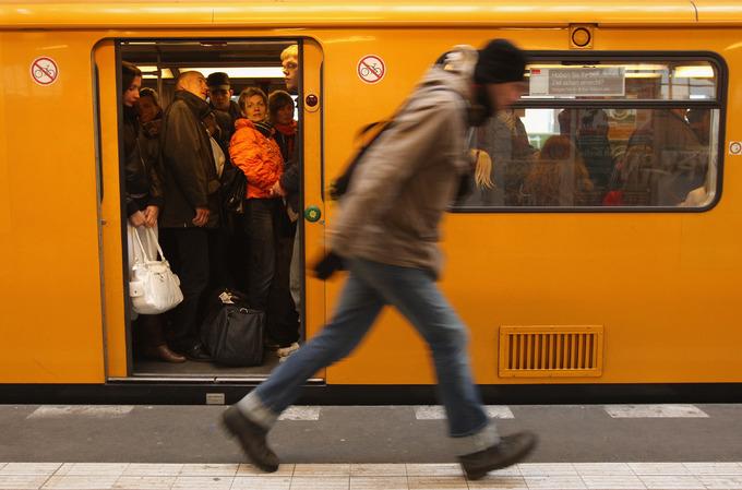 473 km là tổng chiều dài hệ thống tàu điện ngầm ở Berlin. Nếu tính thêm 120 km chiều dài tuyến xe điện, đây là một trong những hệ thống giao thông công cộng đồ sộ hàng đầu thế giới. Trong khi đó, hệ thống tàu điện ngầm ở Paris dài 214 km, London là 400 km.  Nếu tính thêm 120 km chiều dài tuyến xe điện, bạn có thể hình dung ra một trong những hệ thống giao thông công cộng đồ sộ hàng đầu thế giới này. Trong khi đó, hệ thống tàu điện ngầm ở Paris chỉ dài 214 km, và ở London là 400 km. Dù vậy, du khách sẽ không thấy quá ngột ngạt khi trải nghiệm tàu điện ngầm ở đây. Ảnh: Long Room.