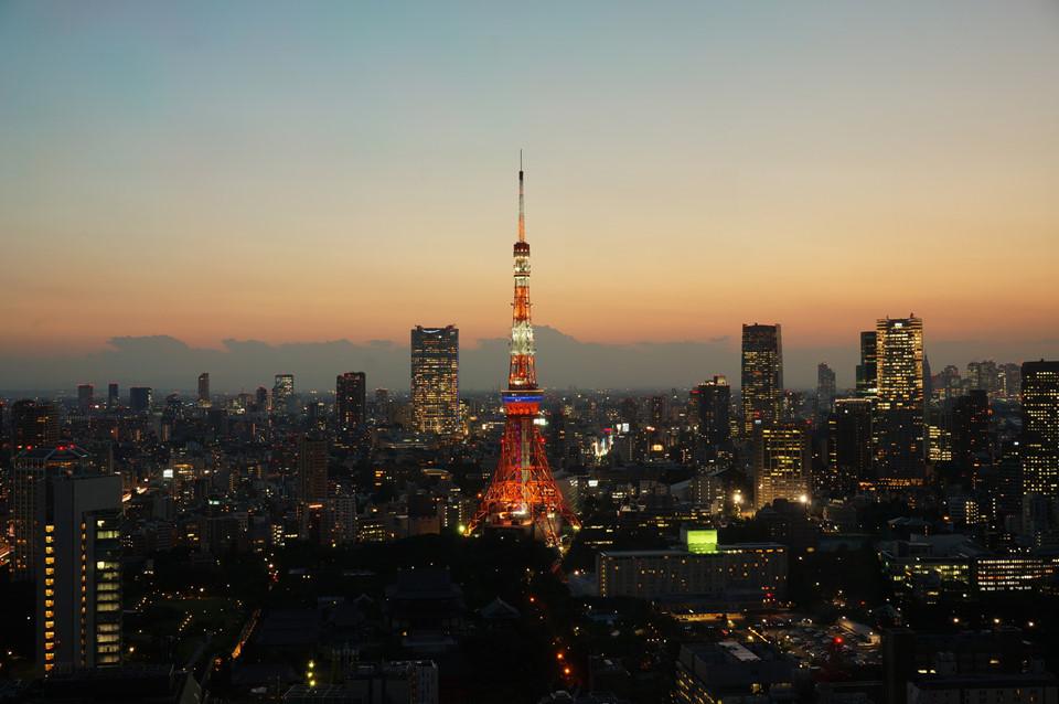 Toàn cảnh Tokyo: Thủ đô nước Nhật luôn là điểm du lịch sở hữu lượng du khách quốc tế khổng lồ. Tokyo mê hoặc khách du lịch bởi nhịp sống hiện đại, bận rộn, những biển hiệu luôn sáng đèn, những khu mua sắm sầm uất, các địa điểm lịch sử nổi tiếng... Ngắm nhìn toàn cảnh thành phố từ trên cao là một trong những trải nghiệm bạn không nên bỏ qua khi tới Tokyo. Từ đài quan sát Sky Deck của tòa nhà Roppongi Hills, du khách có thể thu trọn toàn cảnh thành phố, chiêm ngưỡng tháp Tokyo cùng những tòa nhà chọc trời, đường phố sáng đèn... ở thủ đô nước Nhật. Ảnh: Andrew Smith.