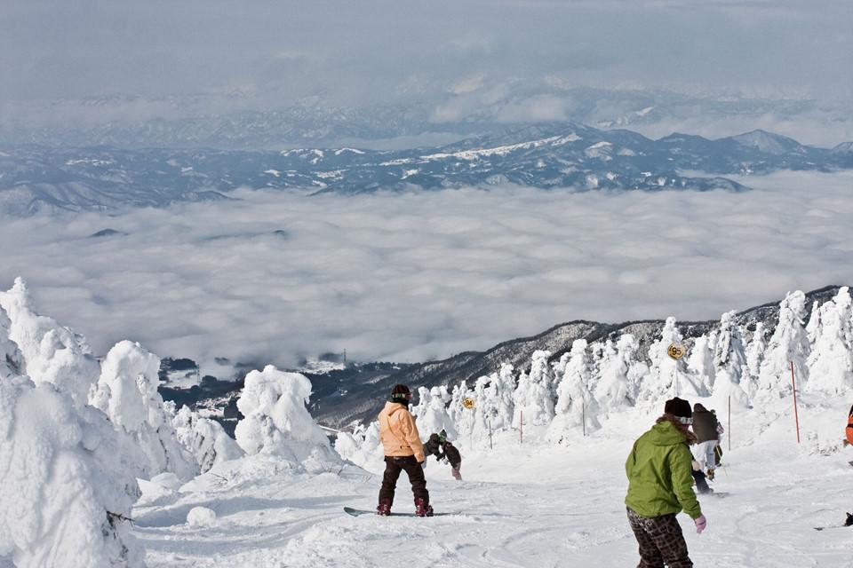 Khu trượt tuyết Zao (Yamagata): Với 15 đoạn dốc và 12 trường đua, Zao Onsen là một trong những khu trượt tuyết nổi tiếng nhất Nhật Bản. Du khách tới đây không những có thể tham gia môn thể thao hấp dẫn trong mùa đông mà còn được ngắm Juhyo - quái vật băng, tạo thành do các trận tuyết mạnh phủ kín cây cối làm nên hình tháp tuyết khổng lồ như những con quái vật. Ảnh: Konstantin.