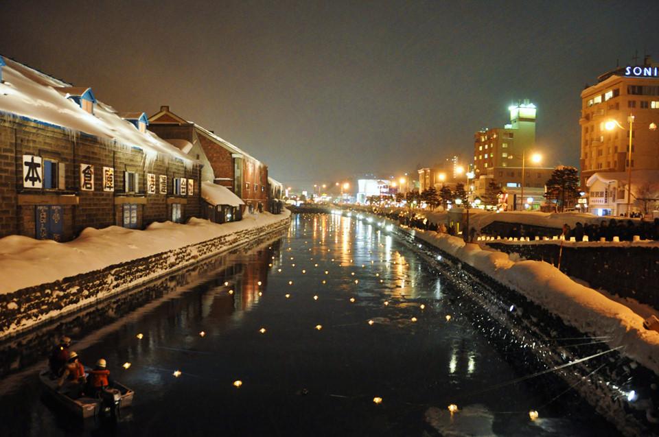 Lễ hội ánh sáng Otaru (Hokkaido): Tháng 2 hàng năm là thời điểm du khách từ các nước đổ xô tới Hokkaido để chiêm ngưỡng con kênh Otaru huyền ảo, lấp lánh ánh đèn giữa trời phủ trắng tuyết. Lễ hội diễn ra trong 10 ngày với các ngọn đèn, tượng tuyết tô diểm cho Hokkaido. Unga Kaijo, khu vực quanh kênh đào là địa điểm chính diễn ra lễ hội. Ảnh: Coldy Bank.