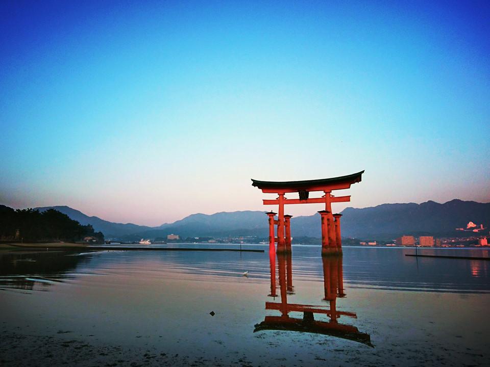Đền Itsukushima (Hiroshima): Ngôi đền Itsukushima - một trong những biểu tượng gắn liền với xứ Phù Tang được cho là ranh giới giữa hai thế giới, cõi linh hồn và trần thế. Cổng Torri của ngôi đền được sơn đỏ với ý nghĩa tâm linh để xua đuổi tà ma. Cánh cổng linh thiêng này được xây dựng từ thế kỷ 12. Du khách có thể rảo bộ quanh cổng và ngắm nhìn ngọn núi Misen hùng vĩ phía sau khi thủy triều rút. Ảnh: Itsukushima.