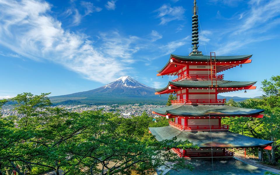 Núi Phú Sĩ: Biểu tượng của đất nước mặt trời mọc, núi Phú Sĩ là một trong 3 ngọn núi linh thiêng nhất Nhật Bản. Hàng năm, địa điểm thắng cảnh này thu hút đông đảo lượng du khách trong và ngoài nước ghé thăm. Một trong những địa điểm ngắm núi Phú Sĩ đẹp nhất phải kể đến hồ Kawaguchi, quang cảnh thiên nhiên quanh hồ, xa xa là ngọn núi Phú Sĩ phủ tuyết, tạo niềm cảm hứng sáng tác nghệ thuật cho nhiều nhiếp ảnh gia. Ảnh: Andy Yeung.