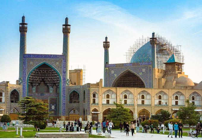 Đây là một trong những Quốc gia Hồi giáo với nhiều phong tục, tập quán khắt khe. Vì vậy, quan trọng nhất là bạn cần phải tìm hiểu kỹ trước khi đến để tránh phạm phải điều không nên. Tuy nhiên, dân bản địa rất thân thiện với du khách. Nếu bạn làm điều gì đó sai, sẽ có người chủ động giải thích cho bạn hiểu. Khi đã làm quen được với những điều này, bạn có thể cảm nhận được sự thú vị trong văn hóa Iran.