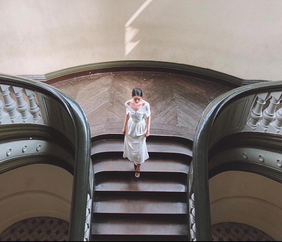 """Bảo tàng thành phố Hồ Chí Minh: Tuy tọa lạc tại con đường sầm uất, bảo tàng do các kiến trúc sư người Pháp thiết kế và xây dựng này vẫn giữ được không khí bình yên. Từng đường nét ở nơi đây đều mang đậm chất châu Âu. Nếu đang đắn đo chưa biết đi đâu để """"sống ảo"""" giữa mảnh đất Sài Gòn, tọa độ này là sự lựa chọn lý tưởng. Ảnh: @lequynhanh2307, @nganhatn."""