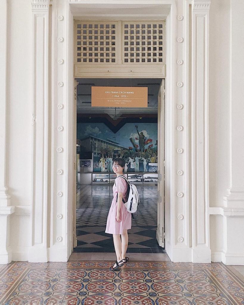 Rảo bước khắp ngóc ngách ở bảo tàng này, bạn như lạc bước vào không gian cổ điển. Mọi thứ từ dãy hành lang dài đúng chất điện ảnh, những cánh cổng in dấu màu thời gian đến cầu thang gỗ cổ cùng những khung cửa sổ thơ mộng trở thành các góc chụp hình không thể thiếu của khách đến tham quan, đặc biệt là các bạn trẻ. Ảnh: @nghisusu, @koonglii.