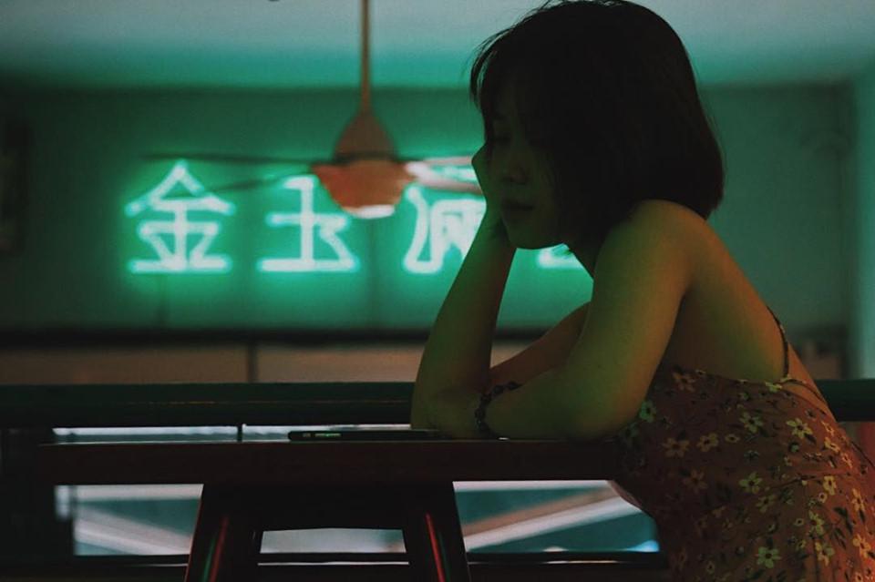 Quán cà phê Heritage Chinatown: Ngay từ khi ra mắt, địa điểm này đã trở thành trào lưu check-in trên mạng xã hội nhờ không gian chất lừ với tông màu đặc trưng theo phong cách Trung Hoa. Chủ quán đã lấy cảm hứng từ những bộ phim điện ảnh của Hong Kong ở thế kỷ trước để tạo dựng nên bối cảnh bên ngoài lẫn mặt trong của quán. Ảnh: @pmnhtri, @beandean.