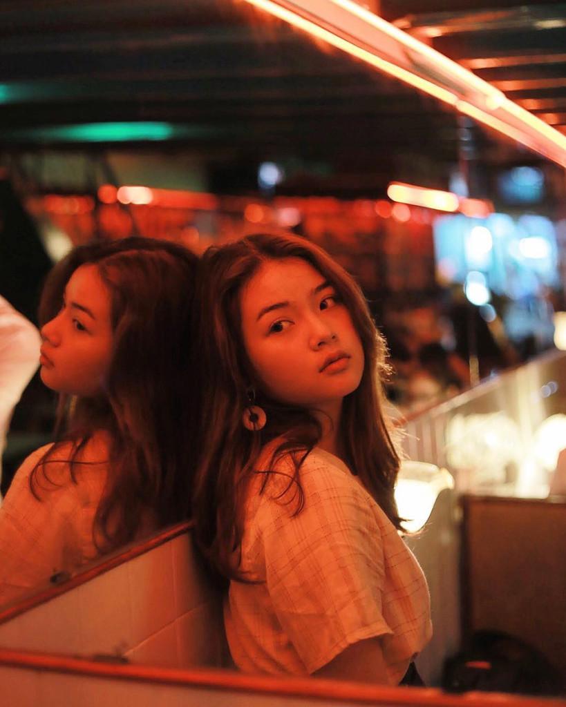 Nếu là tín đồ của phim Hong Kong, bạn sẽ bắt gặp ngay hình ảnh chiếc xe được trang trí nhiều hoa văn đặc sắc trên những tấm kính nằm ngay cửa ra vào. Bước vào bên trong, khung cảnh mờ ảo từ những ánh đèn led cùng cách bày trí không khác gì một Hong Kong thu nhỏ giữa lòng Sài Gòn sẽ đem lại cho bạn sự thích thú cũng như cảm hứng để thực hiện loạt ảnh hút ánh nhìn. Ảnh: @anta_phann, @trucngo.