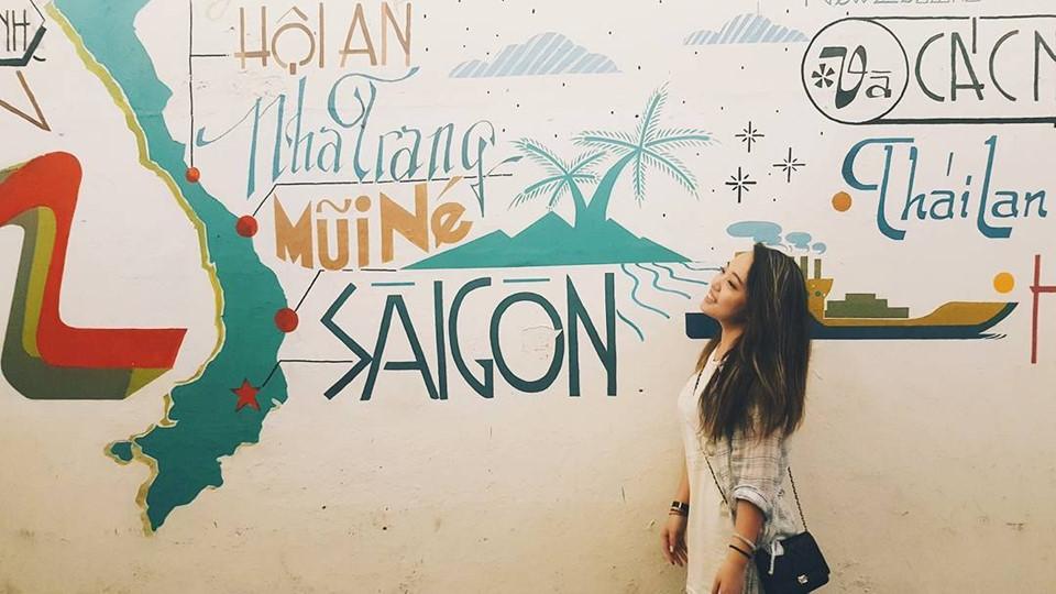 Hẻm 144 Pasteur: Dù chỉ là con hẻm nhỏ, dài hơn 100 m, nơi đây vẫn là địa điểm check-in quen thuộc của nhiều bạn trẻ Sài Gòn. Con hẻm này thoạt nhìn khá đơn giản nhưng vào buổi tối, dàn đèn lấp lánh treo phía trên cộng với bức tranh tường đa sắc màu hai bên trở thành điểm nhấn ấn tượng trong nhiều tấm hình. Người họa sĩ đường phố đã vẽ lên các loại quả, tên các địa danh và cả bản đồ Việt Nam... Ảnh: @sodamjna12, @charcharkuo, @minliemily, @tuytn.