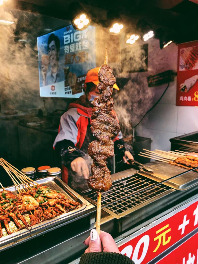 Đồ ăn ở Phượng Hoàng cổ trấn ngon, rẻ và khá cay. Mình thấy trên đường có khá nhiều đồ ăn vặt như xiên nướng, bánh rán... Mùa đông, đến đây để thưởng thức ẩm thực đường phố nóng hổi, cay xè lưỡi sẽ là lựa chọn tuyệt vời cho bạn.