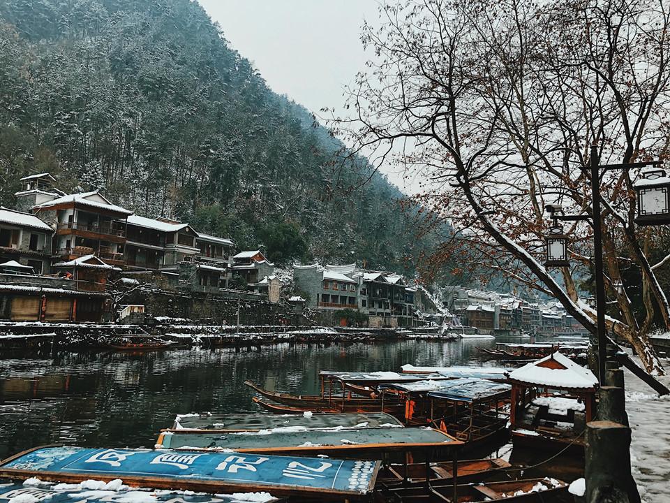Sáng sớm, không gian bình yên, im ắng, chỉ có tiếng nước chảy róc rách dưới dòng sông êm đềm chảy quanh thị trấn. Tuyết lúc này phủ kín khắp lối đi, trắng xóa cả con đường men theo sông. Núi, nước, bầu trời dường như chiếm trọn tầm mắt bạn.