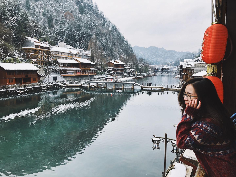Khách sạn mình ở có view nhìn ra ngay dòng sông. Cảm giác vừa thưởng thức ly nước ấm nóng, vừa ngắm nhìn khung cảnh tuyết rơi ngoài trời thật lãng mạn và khoan khoái. Nơi đây trở thành chốn thư giãn tuyệt vời và hoàn hảo trong mắt mình.