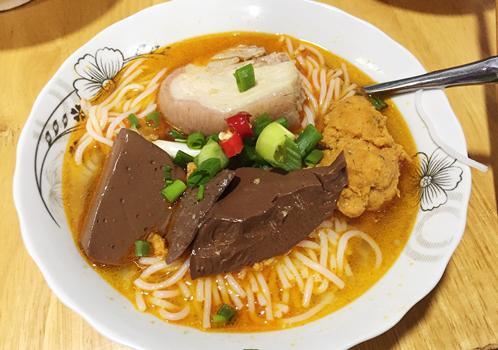 Tô bún đầy đủ màu sắc đúng chuẩn món ăn Huế. Ảnh: Khánh Quỳnh