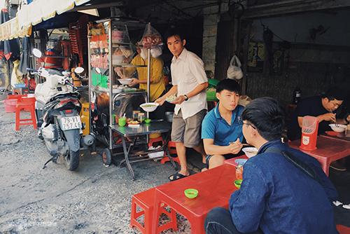 Quán nằm ở trước một chung cư trên đường Trần Quang Khải.