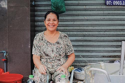 Bà Bông có hơn 20 năm kinh nghiệm nấu súp cua. Ảnh: Di Vỹ.
