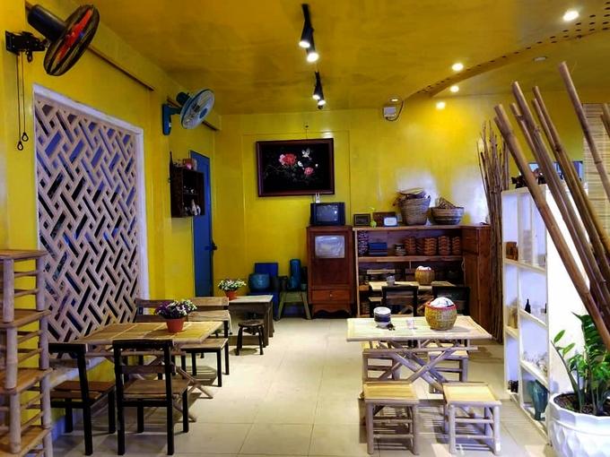 Với tông vàng làm chủ đạo, quán được decor theo kiểu xưa cũ tạo, cảm giác hoài niệm. Bàn ghế bằng tre, gỗ đơn giản, mộc mạc. Ánh đèn vàng ấm áp ngay cả những ngày Đà Lạt mưa phùn se lạnh.