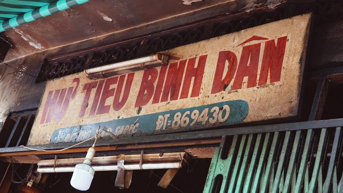 """Người Việt thường gọi phụ nữ gốc Hoa là Xẩm, nhưng do cách giao tiếp của người miền sông nước thường lẫn lộn giữa """"S"""" và """"X"""" mà từ đó, tấm biển hiệu Bà Sẩm ra đời. Chủ quán có tên thật là Quan Muội (1932-2001), người gốc Quảng Đông. Bà mở quán năm 1968."""