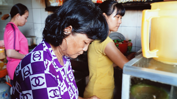 Hiện quán do chị em bà Tăng Kiến Hưng (ngoài 60 tuổi) là con bà Sẩm duy trì cùng các cháu. Nhờ công thức gia truyền mà món ăn để lại hương vị khó quên. Tiếng lành đồn xa, thương hiệu hủ tiếu ở Sa Đéc ngày càng được nhiều người biết đến. Khách đến quán ngồi san sát nhau dưới mái hiên nhỏ, người địa phương lẫn du khách đều gật gù xuýt xoa.