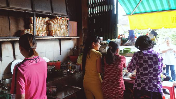 Buổi chiều, quán do em gái bà Hưng đứng bếp chính cùng các con cháu trong gia đình. Quán nhỏ chỉ có 4 người phụ nữ phục vụ hàng trăm lượt khách mỗi ngày. Mỗi người được chia một công đoạn: xắt thịt, trụng hủ tiếu, múc nước lèo, bưng bê, tạo nên âm thanh sôi động. Gian nhà nhỏ đón nắng gắt của buổi xế trưa cũng trở nên rộn rã.