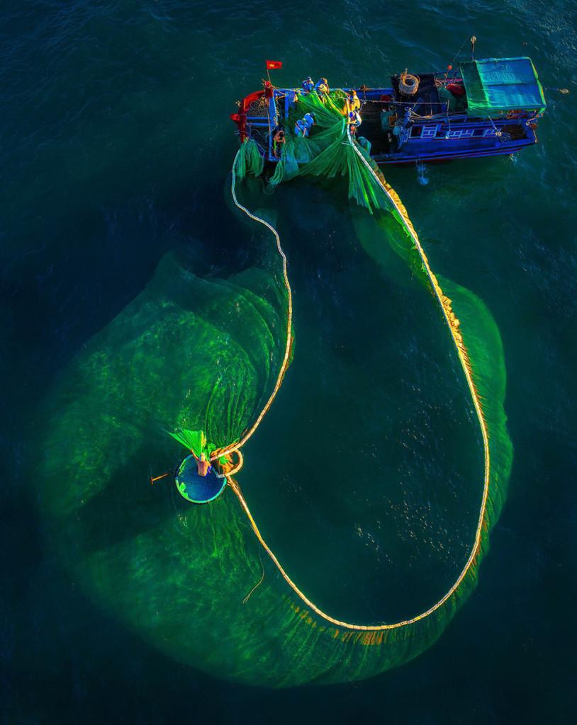 Các ngư dân kéo lưới - Ảnh: TRẦN BẢO HÒA